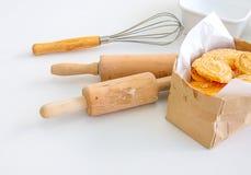 Plusieurs l'équipement ou les outils pour la boulangerie faisant cuire comprenant la goupille, le batteur et la cuvette ou la tas photos libres de droits