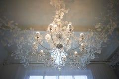 Plusieurs lustres en cristal sous le plafond Luxe et brillant image libre de droits