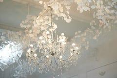 Plusieurs lustres en cristal sous le plafond Luxe et brillant photo libre de droits