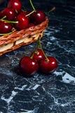 Plusieurs merises rouges sur la table Cerise organique fraîche dedans Photo libre de droits