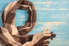 Plusieurs modèles pour des écharpes et beaucoup de couleurs sur la table Photo stock