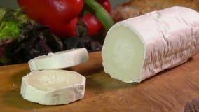 Plusieurs morceaux de fromage de ch?vre avec le moule blanc banque de vidéos