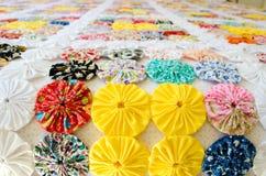 Plusieurs morceaux de Fuxico cousus ensemble formant un couvre-lit métier Images stock