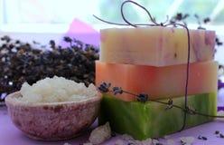 Plusieurs morceaux de savon fait main avec la lavande et grands cristaux de sel de mer Photos libres de droits