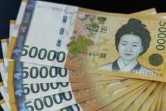 Plusieurs notes d'argent de la devise de la Corée du Sud gagnée photo stock