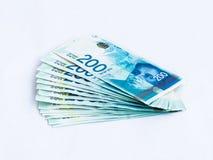 Plusieurs nouveaux billets de banque en valeur 200 nouveaux shekels israéliens sur un fond blanc Photographie stock libre de droits