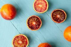 Plusieurs oranges sanguines sur le fond en bois bleu Image libre de droits