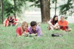 Plusieurs paires d'étudiants se préparent à l'examen en parc de ville photographie stock