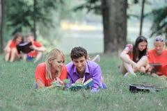 Plusieurs paires d'étudiants se préparent à l'examen en parc de ville image libre de droits