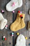 Plusieurs paires de chaussettes de laine faites main pour nouveau-né photo libre de droits