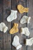 Plusieurs paires de chaussettes de laine faites main pour nouveau-né photos libres de droits