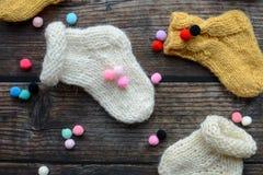 Plusieurs paires de chaussettes de laine faites main pour nouveau-né photographie stock libre de droits