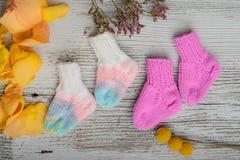 Plusieurs paires de chaussettes de laine faites main pour nouveau-n? image stock
