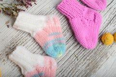 Plusieurs paires de chaussettes de laine faites main pour nouveau-n? photographie stock libre de droits