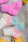 Plusieurs paires de chaussettes de laine faites main pour nouveau-n? photos stock