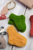 Plusieurs paires de petites chaussettes de laine pour nouveau-né sur la table en bois de cru photo stock
