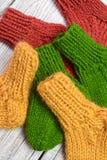 Plusieurs paires de petites chaussettes de laine pour nouveau-né sur la table en bois de cru photographie stock libre de droits