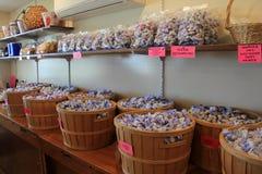 Plusieurs paniers en bois ont rempli de saveurs de bonbon au caramel à eau salée, Perkins Cove Candy, Maine, 2016 photo stock