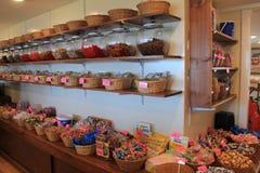 Plusieurs paniers en bois ont rempli de saveurs de bonbon au caramel à eau salée, Perkins Cove Candy, Maine, 2016 images libres de droits