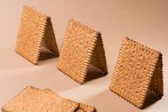 Plusieurs pavillons ou petites maisons faits de biscuits sur un fond brun photo libre de droits