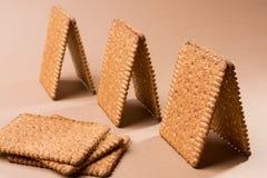 Plusieurs pavillons ou petites maisons faits de biscuits sur un fond brun photos libres de droits