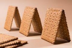 Plusieurs pavillons ou petites maisons faits de biscuits sur un fond brun photographie stock