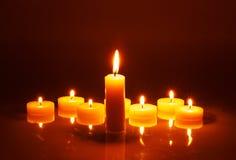 Plusieurs petites bougies dans une rangée Photographie stock libre de droits