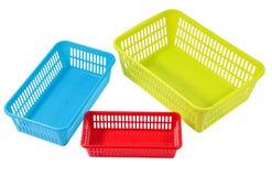 Plusieurs petits différents paniers en plastique colorés pour le ménage nous Images stock