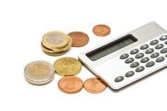 Plusieurs pièces de monnaie et calculatrice d'euro Photographie stock libre de droits