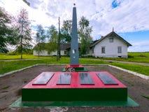 Plusieurs plaques commémoratives à côté d'un haut monument commémoratif avec une étoile images stock