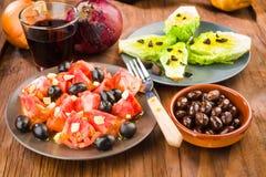Plusieurs plats de salade, tomate, olives Photo stock