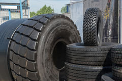 Plusieurs pneus en caoutchouc noirs en vente avec le modèle différent de bande de roulement Images libres de droits