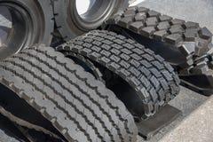 Plusieurs pneus en caoutchouc noirs en vente avec le modèle différent de bande de roulement Photo libre de droits