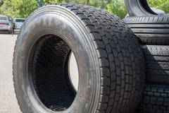 Plusieurs pneus en caoutchouc noirs en vente avec le modèle différent de bande de roulement Image libre de droits