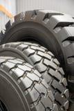 Plusieurs pneus en caoutchouc noirs en vente avec le modèle différent de bande de roulement Photographie stock libre de droits