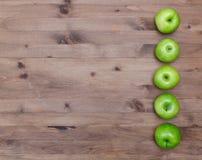 Plusieurs pommes vertes dans une rangée Images stock