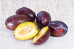 Plusieurs prunes mûres Images libres de droits