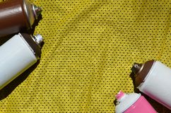 Plusieurs pulvérisateurs utilisés de peinture d'aérosol se trouvent sur la chemise de sports d'un joueur de basket fait en tissu  Image stock