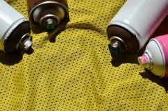 Plusieurs pulvérisateurs utilisés de peinture d'aérosol se trouvent sur la chemise de sports d'un joueur de basket fait en tissu  Images stock