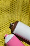 Plusieurs pulvérisateurs utilisés de peinture d'aérosol se trouvent sur la chemise de sports d'un joueur de basket fait en tissu  Photos libres de droits