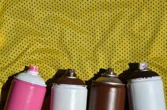 Plusieurs pulvérisateurs utilisés de peinture d'aérosol se trouvent sur la chemise de sports d'un joueur de basket fait en tissu  Photo stock