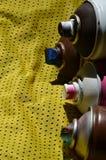 Plusieurs pulvérisateurs utilisés de peinture d'aérosol se trouvent sur la chemise de sports d'un joueur de basket fait en tissu  Image libre de droits