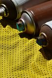 Plusieurs pulvérisateurs utilisés de peinture d'aérosol se trouvent sur la chemise de sports d'un joueur de basket fait en tissu  Photo libre de droits