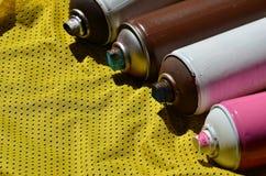 Plusieurs pulvérisateurs utilisés de peinture d'aérosol se trouvent sur la chemise de sports d'un joueur de basket fait en tissu  Photographie stock