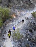 Plusieurs randonneurs sur la traînée de désert Images libres de droits