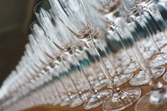 Plusieurs rang?es clairement, verres propres pour le vin et champagne sur le compteur pr?par? pour des boissons photo libre de droits