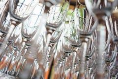 Plusieurs rangées dégagent les verres transparents et propres pour le vin et le champagne sur le compteur préparé pour des boisso images libres de droits
