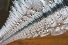 Plusieurs rang?es clairement, verres propres pour le vin et champagne sur le compteur pr?par? pour des boissons images stock