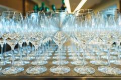Plusieurs rang?es clairement, verres propres pour le vin et champagne sur le compteur pr?par? pour des boissons images libres de droits
