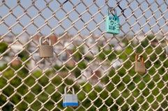 Plusieurs serrures sur une barrière Images libres de droits